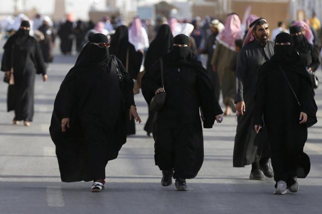 ニカブを着るサウジアラビアの女性=2016年2月、ロイター