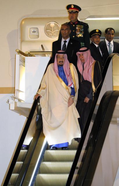 羽田空港に着き、サウジアラビア側が事前に持ち込んだエスカレーター式の特製タラップで専用機を降りるサウジのサルマン国王=3月12日、飯塚晋一撮影