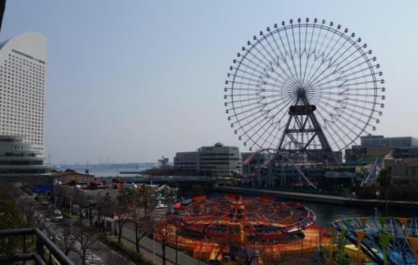 第9位「横浜ワールドポーターズ ルーフガーデン」の項目には、こんなアングルの写真が。実際は別の商業施設「クイーンズスクエア横浜」からの眺めでした=記者撮影