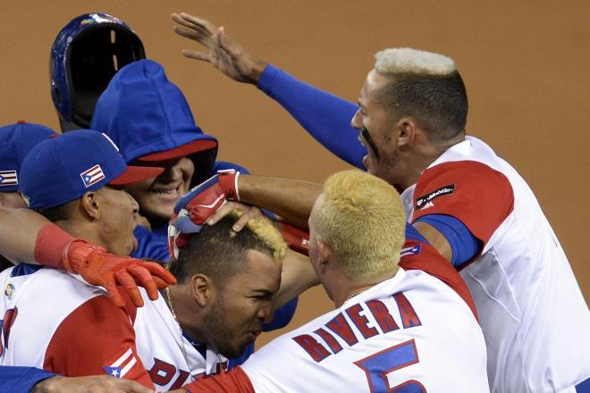 オランダ戦に勝利して喜ぶプエルトリコの選手たち。髪の色はみんな「金」=2017年3月21日、ロイター
