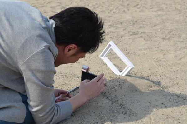 砂に「リア充フレーム」を挿し…