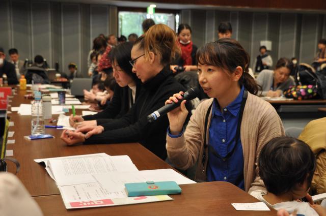 今年の認可保育所の1次選考で落ちた母親らが国会内で開いた集会=2月、東京・衆議院議員会館