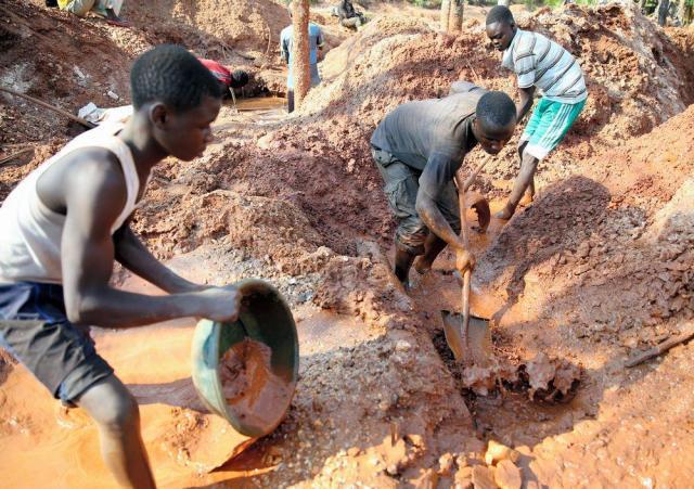 川の水を使い、土に含まれる鉱石コルタンを集める人々=2016年6月24日、コンゴ民主共和国東部、三浦英之撮影