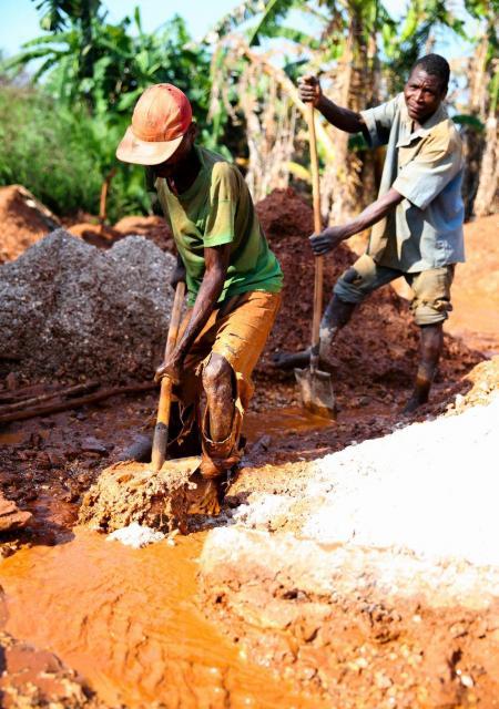 鉱石コルタンを集める人々=2016年6月24日、コンゴ民主共和国東部、三浦英之撮影