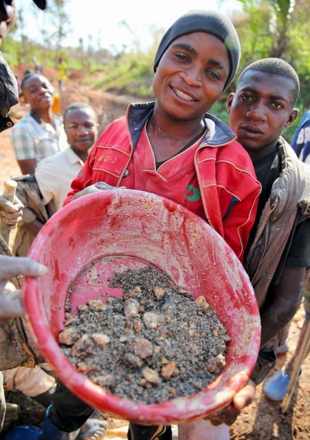 集めた鉱石コルタンを見せる青年=コンゴ民主共和国東部、三浦英之撮影