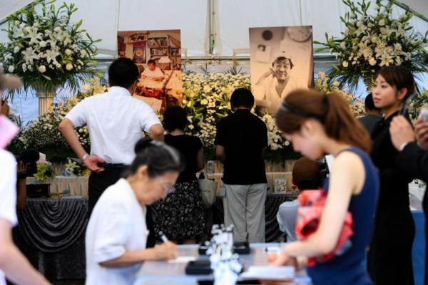 赤塚不二夫さんの葬儀で記帳、焼香するファンたち=2008年8月7日、東京都中野区の宝仙寺