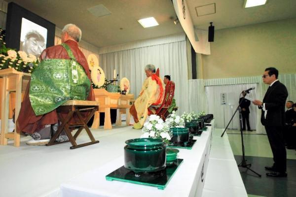 赤塚不二夫さんの告別式で弔辞を述べる森田一義さん(右)=2008年8月7日、東京都中野区中央の宝仙寺、代表撮影