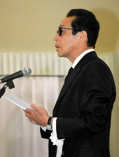 赤塚不二夫さんの告別式で弔辞を述べる森田一義さん=2008年8月7日、東京都中野区の宝仙寺で、代表撮影