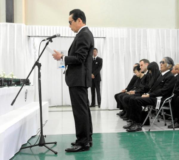 赤塚不二夫さんの葬儀で弔辞を述べるタモリさんと参列する藤子不二雄(A)さん(右端)=2008年8月7日、東京都中野区中央の宝仙寺で、代表撮影