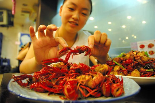 どっさりと盛られたザリガニ=2005年7月26日、上海市内で