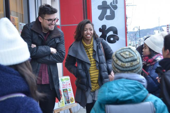 岩手町の商店街で下校中の子どもたちに囲まれる人気ユーチューバーのロレッタさん(右)とシャルルさん