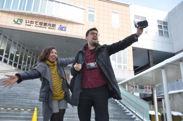 いわて沼宮内駅に到着。オープニングを撮影するロレッタさん(左)とシャルルさん