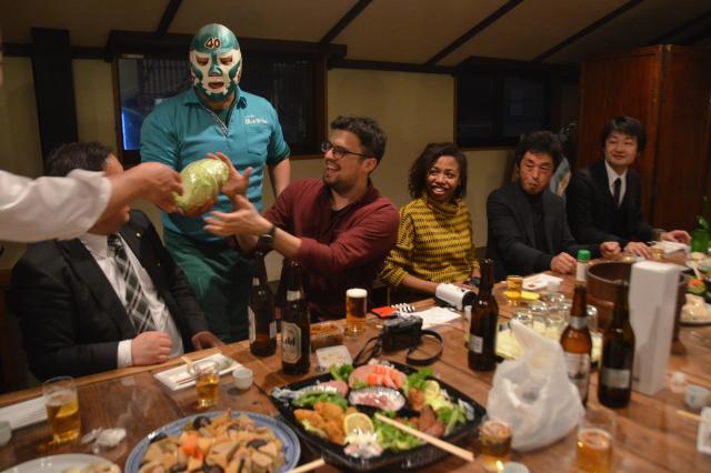 岩手町で地元の飲み会に参加。町のPRキャラクター「キャベツマン」も飛び入りでおもてなし