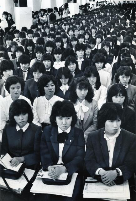 西武百貨店の会社説明会。狭き門をめざす女子学生たちが真剣な表情で説明に聞き入った =1982年10月、東京都豊島区東池袋のサンシャイン60ビル