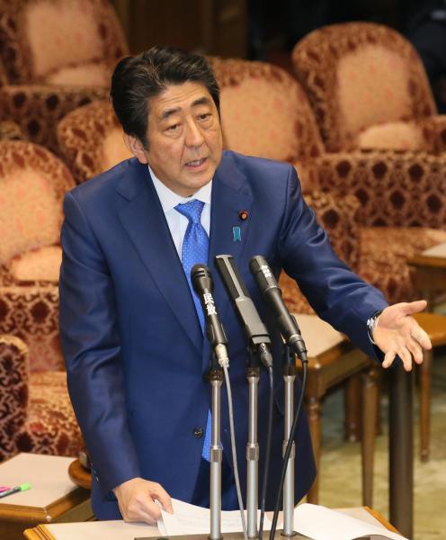 【24日】参院予算委で、社民党の福島瑞穂氏の質問に答弁する安倍晋三首相
