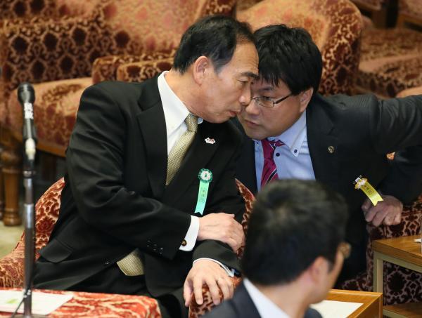【23日】日本維新の会の下地幹郎氏の質問に答弁するため、補佐人(右)の助言を受ける森友学園の籠池泰典氏
