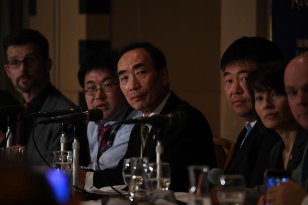 【23日】日本外国特派員協会での会見で、質問者をみつめる森友学園の籠池泰典氏