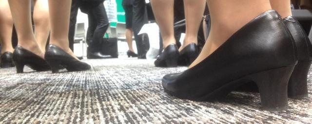 就活女子の足元。見事に同じ靴ばかり=3月、東京都新宿区