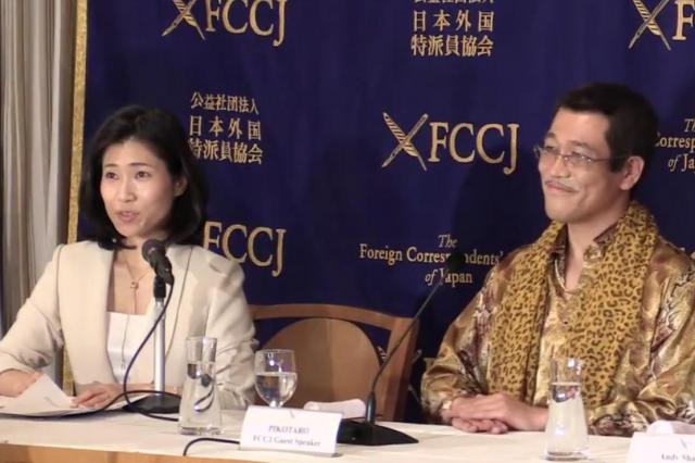 日本外国特派員協会での会見でピコ太郎さんの通訳を務めた橋本美穂さん(左)=2016年10月