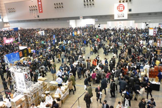 2日間で約13万人が来場した「にいがた酒の陣」。酔うほどに会話もはずむ