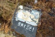 真上からの視点はドローンならでは。石巻市で水道工事業を営む黒澤健一さんが震災発生の翌月、自宅兼店舗跡に書いた文字は現在もくっきり残っていた=宮城県石巻市、越田省吾撮影