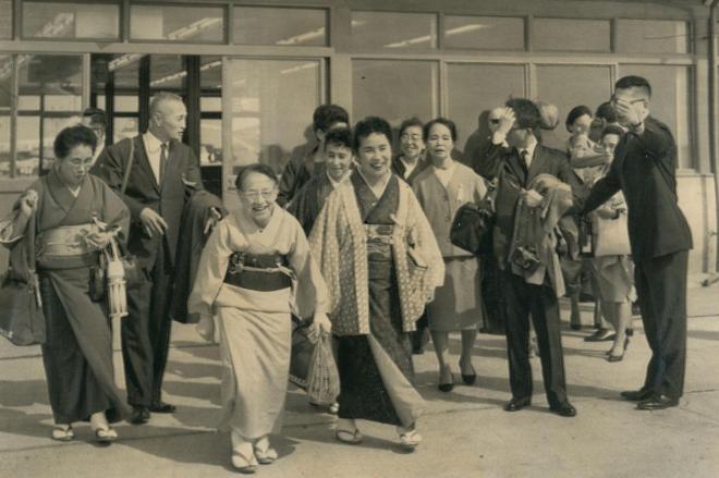 飛行機に向かう一般海外旅行第一陣=1964年4月、羽田空港