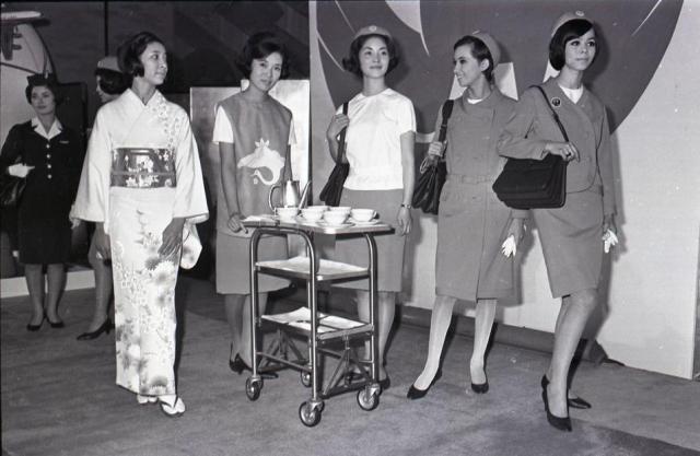 日航CA(当時は「スチュワーデス」と呼ばれていた)の新制服。左後方はこれまでの制服=1967年1月19日