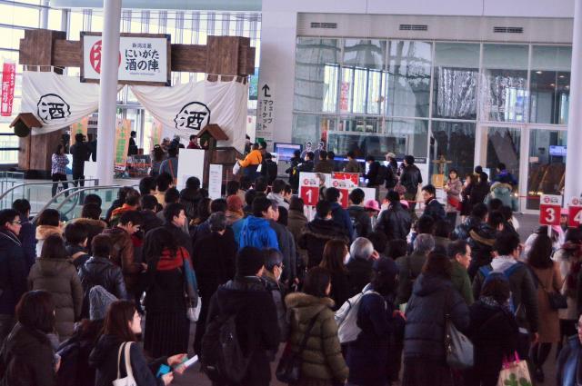 2日間で約13万人が来場した「にいがた酒の陣」=新潟市の朱鷺メッセ