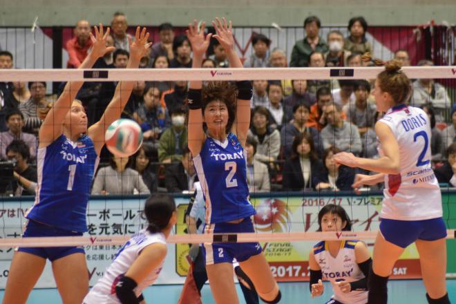 バレーボールは「排球」。写真でブロックを決めている木村沙織選手(中央)は今年3月で引退した