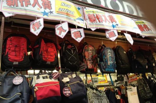原宿の雑貨店で中国語(繁体字)で書かれている「anello いつ買う?いまだろう」のメッセージ