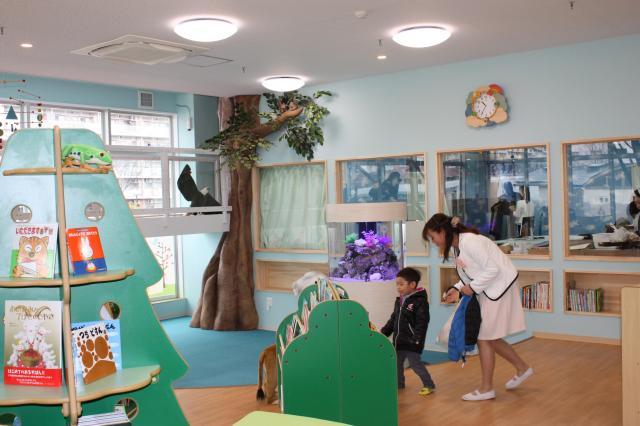 絵本ライブラリーにあった木の形をした絵本棚と大きな木・・・