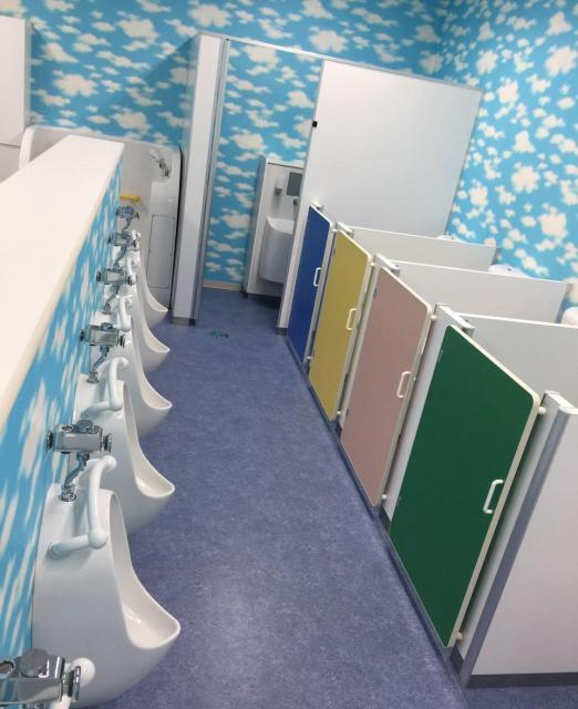 トイレも虹色!