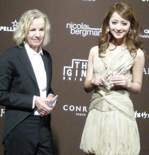 デザイナーのジル・サンダーさん(左)と佐々木希さん=2010年撮影