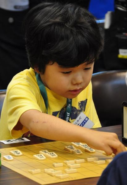 将棋大会で対局する小学1年の時の藤井四段=2009年、家族提供