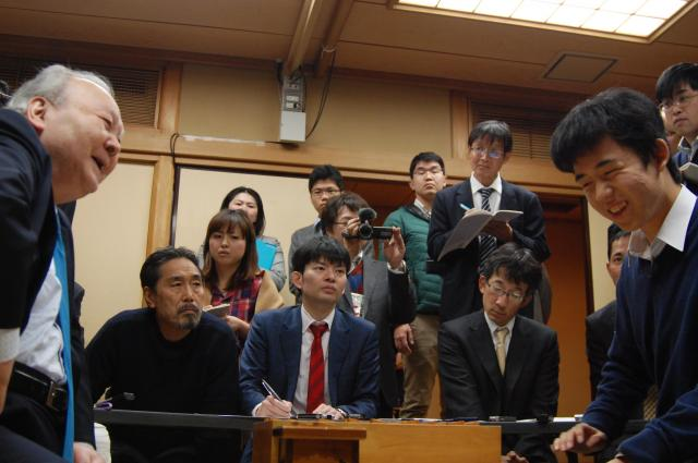 加藤一二三九段(左)との対局がプロデビュー戦だった=東京都渋谷区の将棋会館