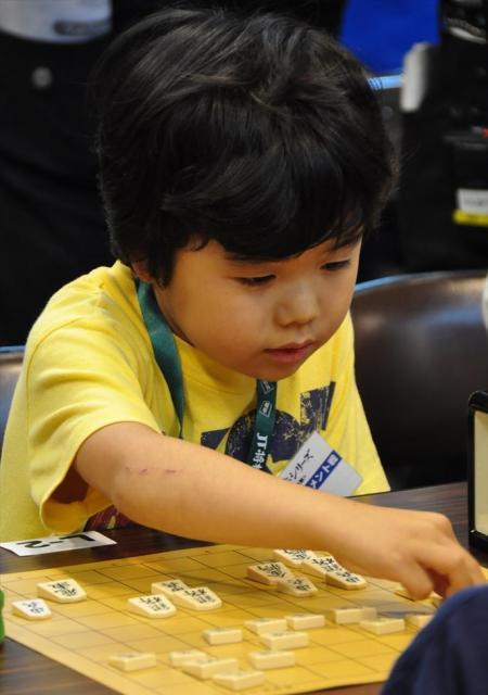 「将棋大会で対局する小学1年の時の藤井四段=2009年、家族提供