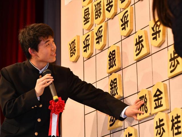 地元名古屋で開かれた『新四段を祝う会』で、プロ入りを決めた対局を振り返る藤井聡太四段=2016年12月、名古屋市