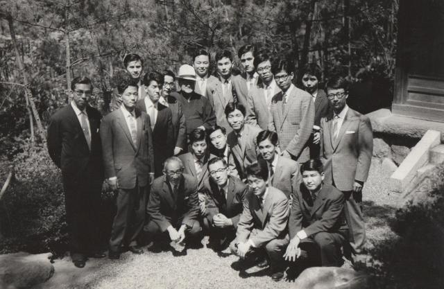 1961年入省した外務省の同期生18名が大磯の吉田茂元総理を訪れた時の記念撮影(真ん中あたりが村田光平氏)