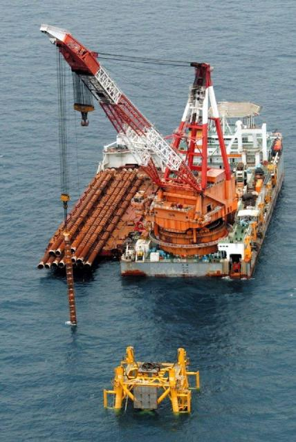 日本と中国の排他的経済水域の中間線で、中国側が開発を進めるガス田=2004年6月15日