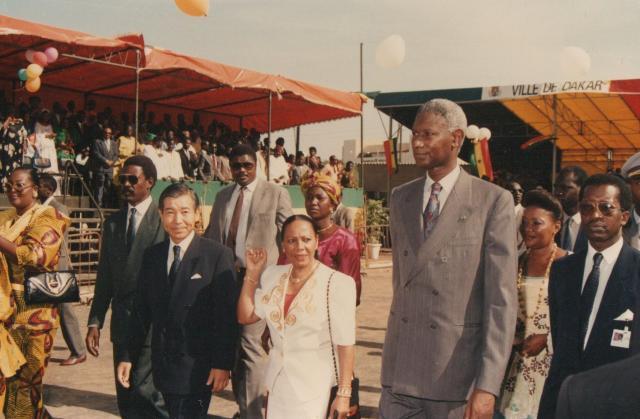 セネガルのアブドゥ・ディウフ大統領(当時)と式典に参加した様子