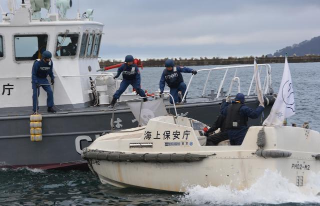 海上保安庁が岩手県宮古市で行った不審船対策の訓練=2015年11月10日
