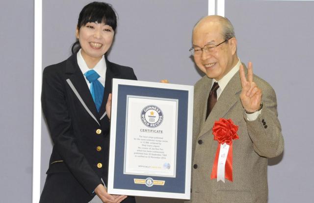 ギネス公式認定員(左)から公式認定証を手渡される泉昭二さん