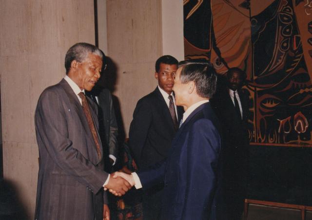 南アフリカ大統領ネルソン・マンデラ氏(当時)との記念撮影