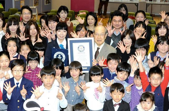 ギネス世界記録の達成を祝う読者の親子たちと記念撮影