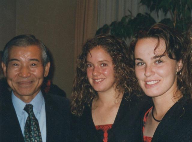 スイス大使任期中、女子プロテニス選手マルチナ・ヒンギス(右)らとの写真