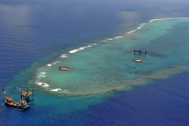 日本最南端の沖ノ鳥島。排他的経済水域を守るため、港をつくっている=2013年5月29日