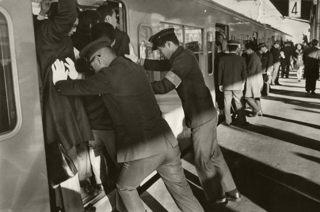 新宿駅に出動したシリ押し部隊=1970年1月12日