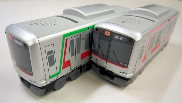 東横線(右)と田園都市線の2種類がそろった東急線電車型貯金箱