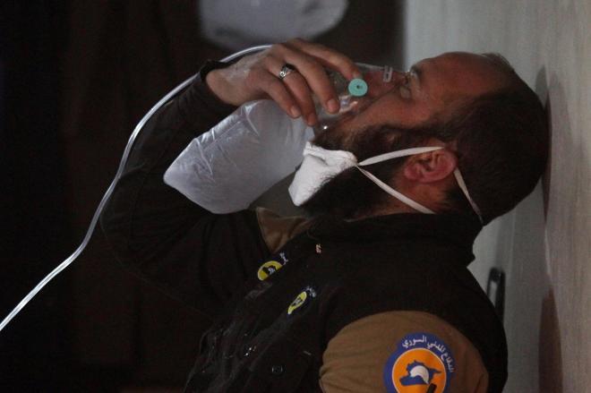 シリア北西部イドリブ県で、毒ガスとみられる攻撃を受けて酸素マスクを付ける人=2017年4月4日