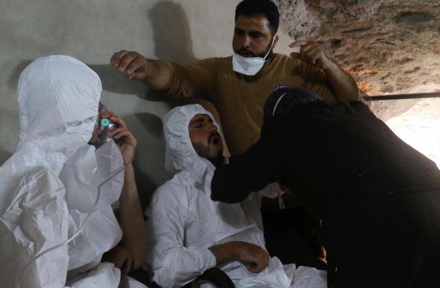 シリア北西部イドリブ県で、毒ガスとみられる攻撃を受けて手当を受ける人=2017年4月4日
